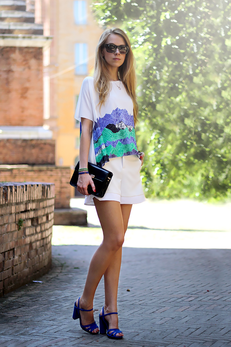 green and blue, shorts and blouse summer look, cobalt blue sandals