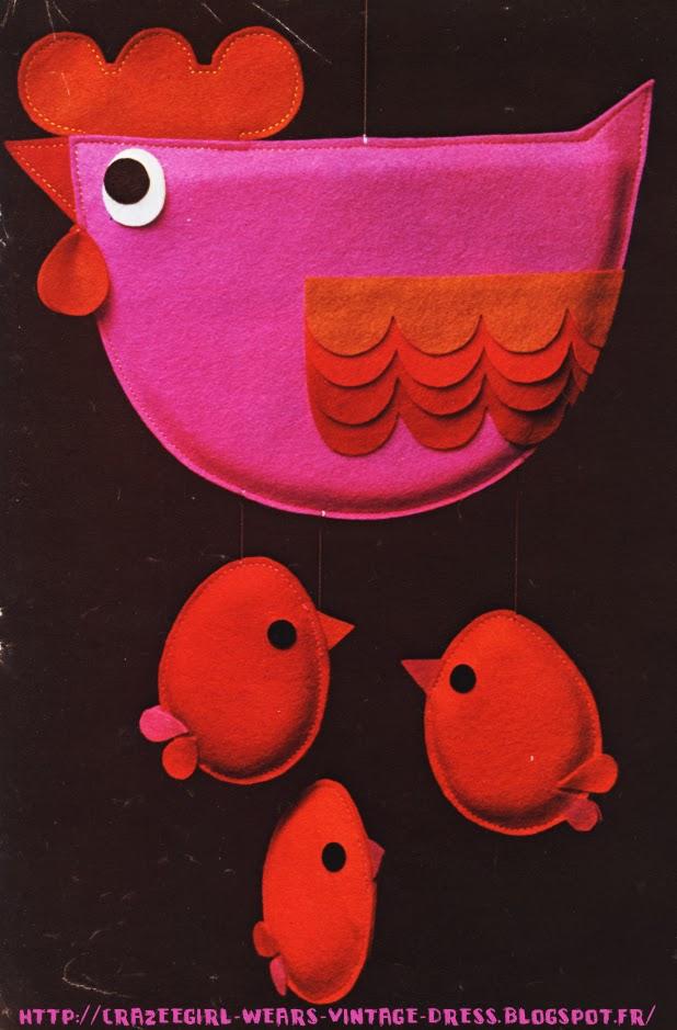 Annie Reuter 's mobiles 1970 70s 1970's 70's années 70 - 1971 Les animaux mobiles : Vous allez pouvoir réaliser les merveilleux mobiles d'Annie Reuter sur un même principe . C'est elle qui avait créé pour vous il y a 2 ans tout le « petit monde animal » que vous aviez tant aimé. Vous êtes des milliers à nous les avoir réclamé. Nous vous proposons aujourd'hui une autre série d'animaux. Nous en avons fait des mobiles, mais vous pouvez aussi bien décorer portes ou lits avec le chat et ses souris, le poisson, la poule et leurs petits. Quant à la famille d'oiseaux vous l'enfermerez dans une cage faite d'une carcasse d'abat-jour.   Tout de feutrine vêtue, doublés de mousse, Ils sont spirituels et ont un petit rien qui les rend différents de tous. Leur coupe est simple mais nécessite pourtant un dessin très net et très étudié. mobile
