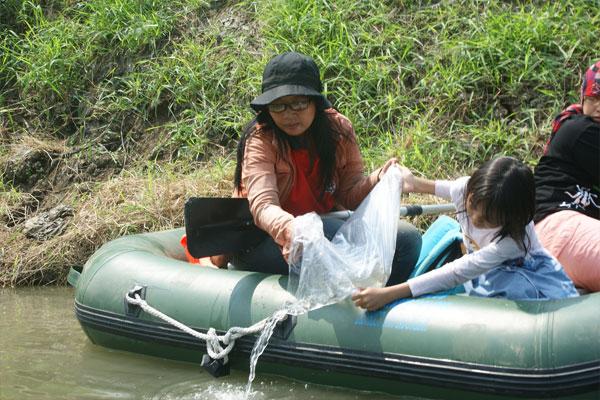 Aktivis Lingkungan Tebar Benih Ikan di Kali Surabaya