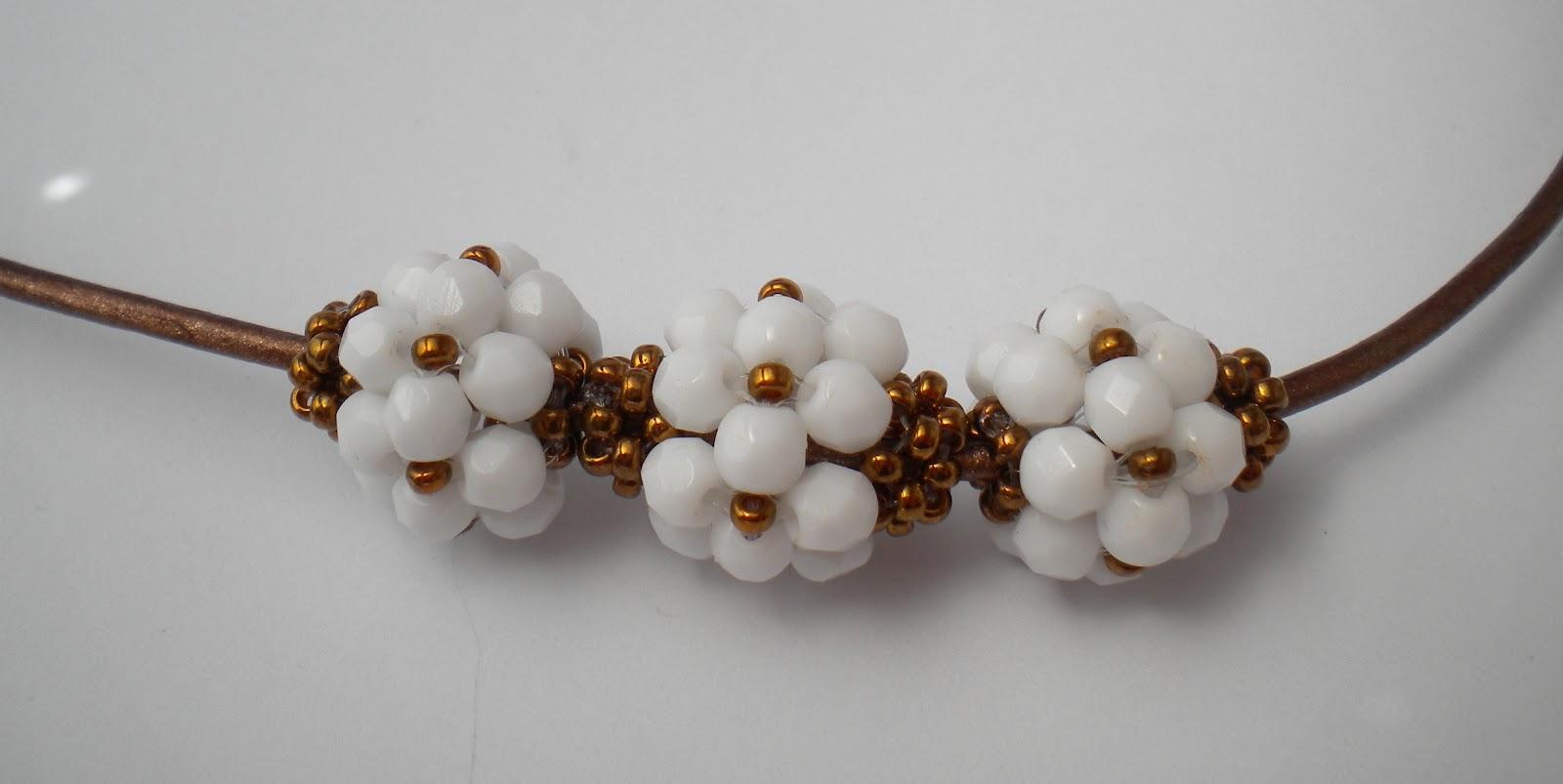 Conjunto en blanco y bronce, con las bolitas Virginia y el anillo inspirado en el Malice.