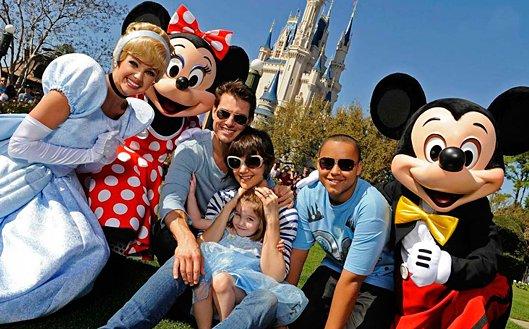 http://4.bp.blogspot.com/-XwoUCLluCqg/UNcYfyx2q_I/AAAAAAAAAOw/23P56l--G1Y/s1600/disney-trip-family-picture.jpg