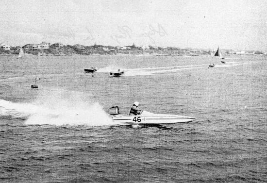 Course de hors bord, en Aôut 1961. En tête, concurent N° 46, Claude RIPOLL, écurie MERCURIO (ALGER)