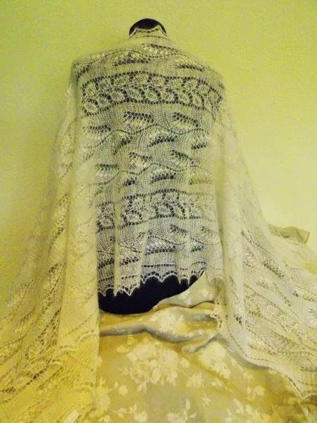 TE KOOP:  3 nieuwe Orenburgse bruidssjaals.