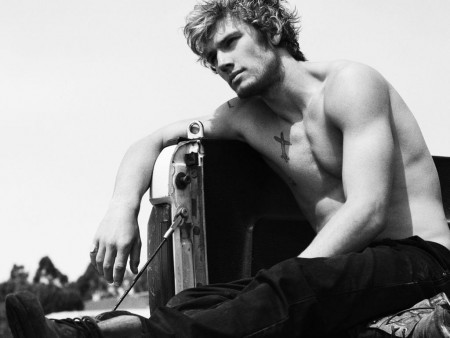 img-alex-pettyfer-shirtless-357123331.jp