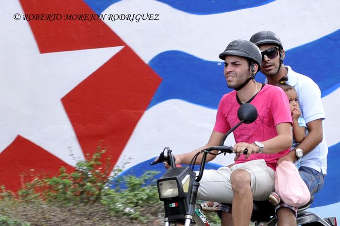 Una moto  por una calle de La Habana, Cuba