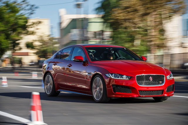 Front 3/4 view of 2017 Jaguar XE
