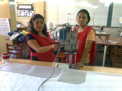 Las alumnas realizando  proyecto productivo-confeccion de delantales
