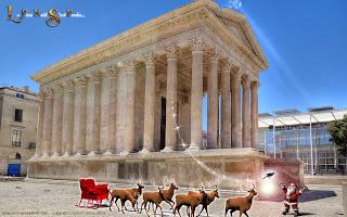 Le Père Noël et son traîneau devant la maison carrée à Nîmes