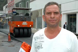 """""""Estamos colocando o asfalto quente, graças à parceria da Prefeitura com o Governo do Estado"""", disse Carlos Antonio, Secretário Municipal de Fiscalização de Obras Públicas"""