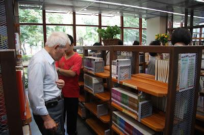位於青年公園的台北市立圖書館太陽圖書館,採用通透且鏤空的書架,讓冷氣更容易穿越。大面隔熱玻璃外,則有外遮陽棚。