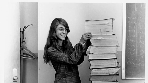 garota organizando livros