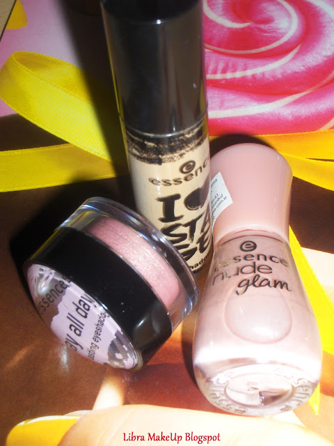 essence nude glam iced strawberry cream oje