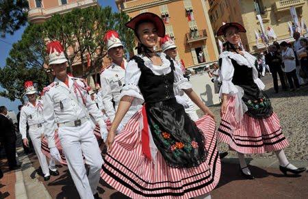 Парад по улиците на Монако в чест на Албер  и Шарлийн