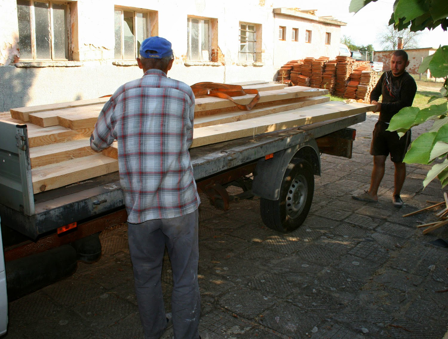 Sally and Orhan unloading my wood