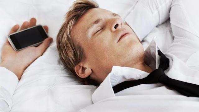 Bahayanya Tidur Berdekatan Dengan Gadget