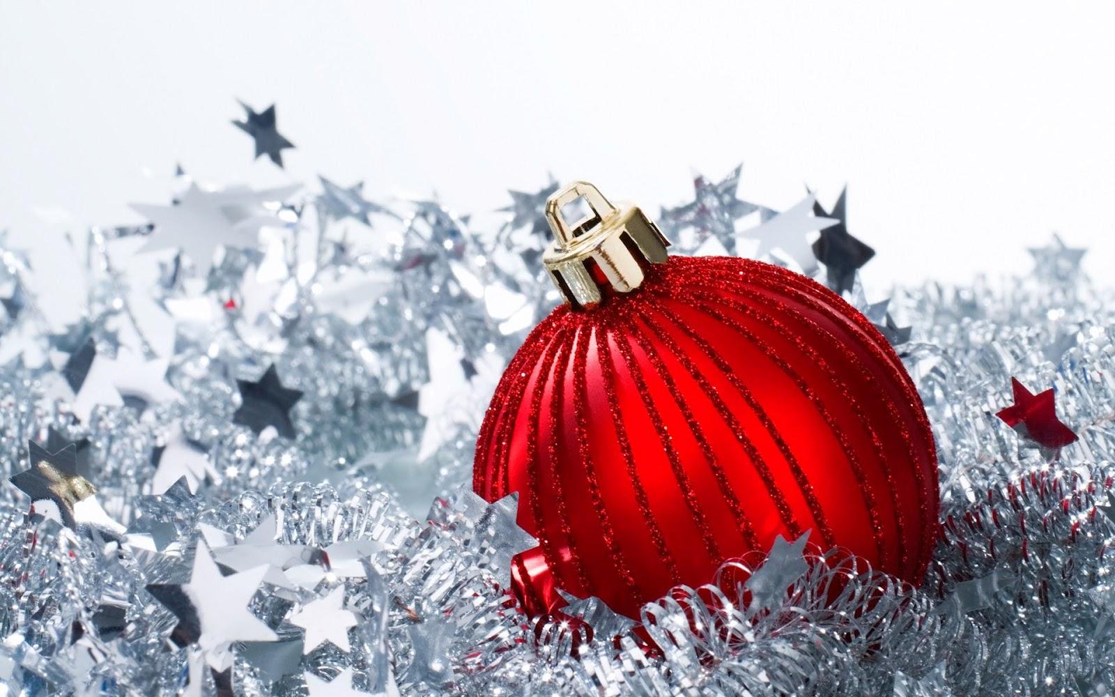 Kerst wallpaper met een rode kerstbal achtergrond foto pictures - Foto wallpaper ...