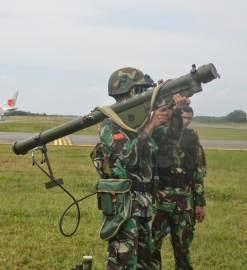 TNI AU memperlihatkan sebuah senjata Kiwi III buatan China