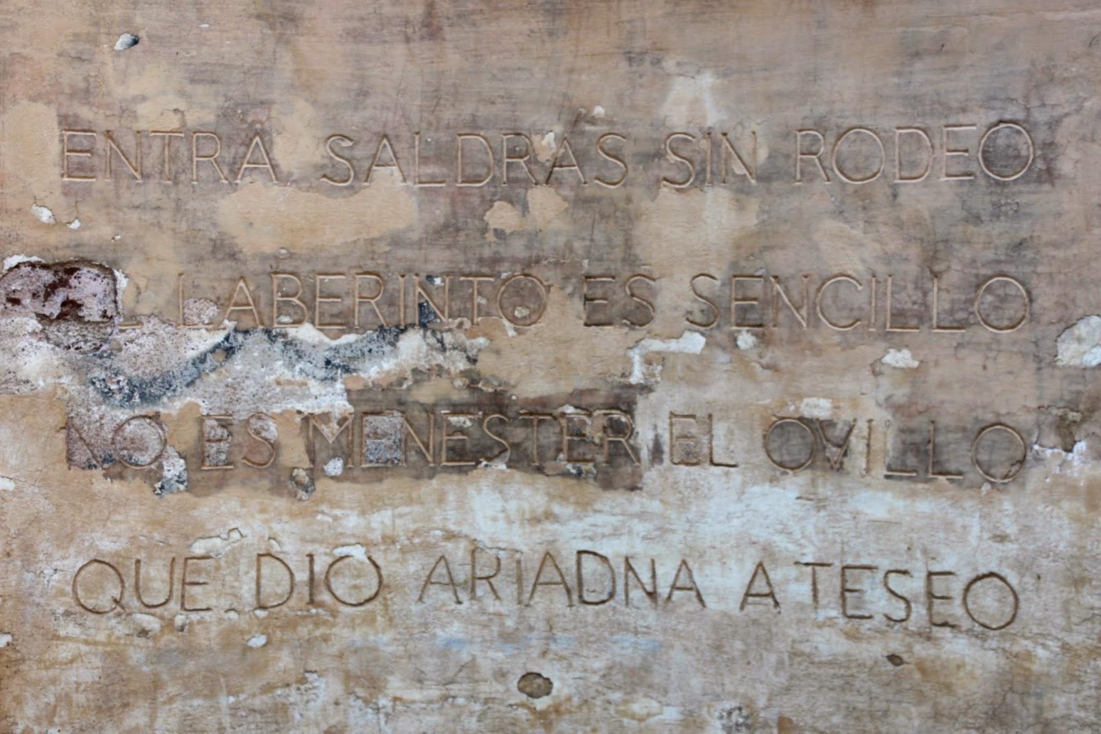 Inscripción a la entrada del laberinto