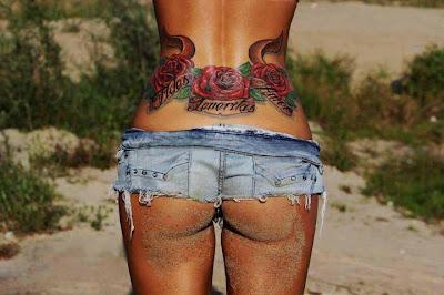 Tatuaje femenino y sexy de rosas
