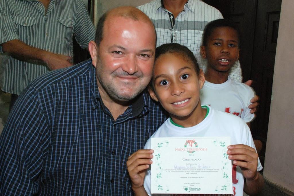 Ao final do espetáculo, o vice-prefeito, Márcio Catão entregou a cada criança do coral um certificado de participação