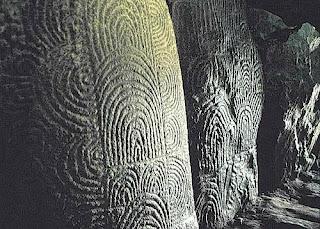 На менгирах кромлеха Карнака высечены изображения  звуковых волн, распространяющихся от вибрирующего камня