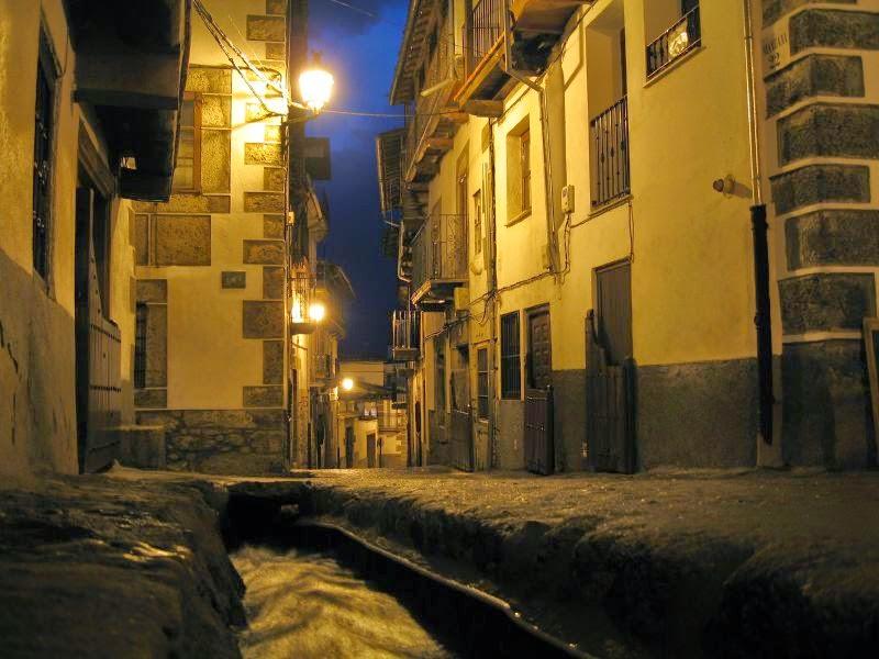 Se llaman regaderas a los canalillos que recorren las empinadas calles de Candelario
