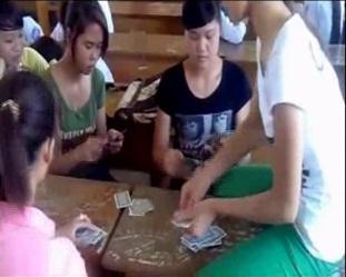 Sốc với clip nữ sinh đánh bài văng tục chửi bậy ở Thanh Hóa