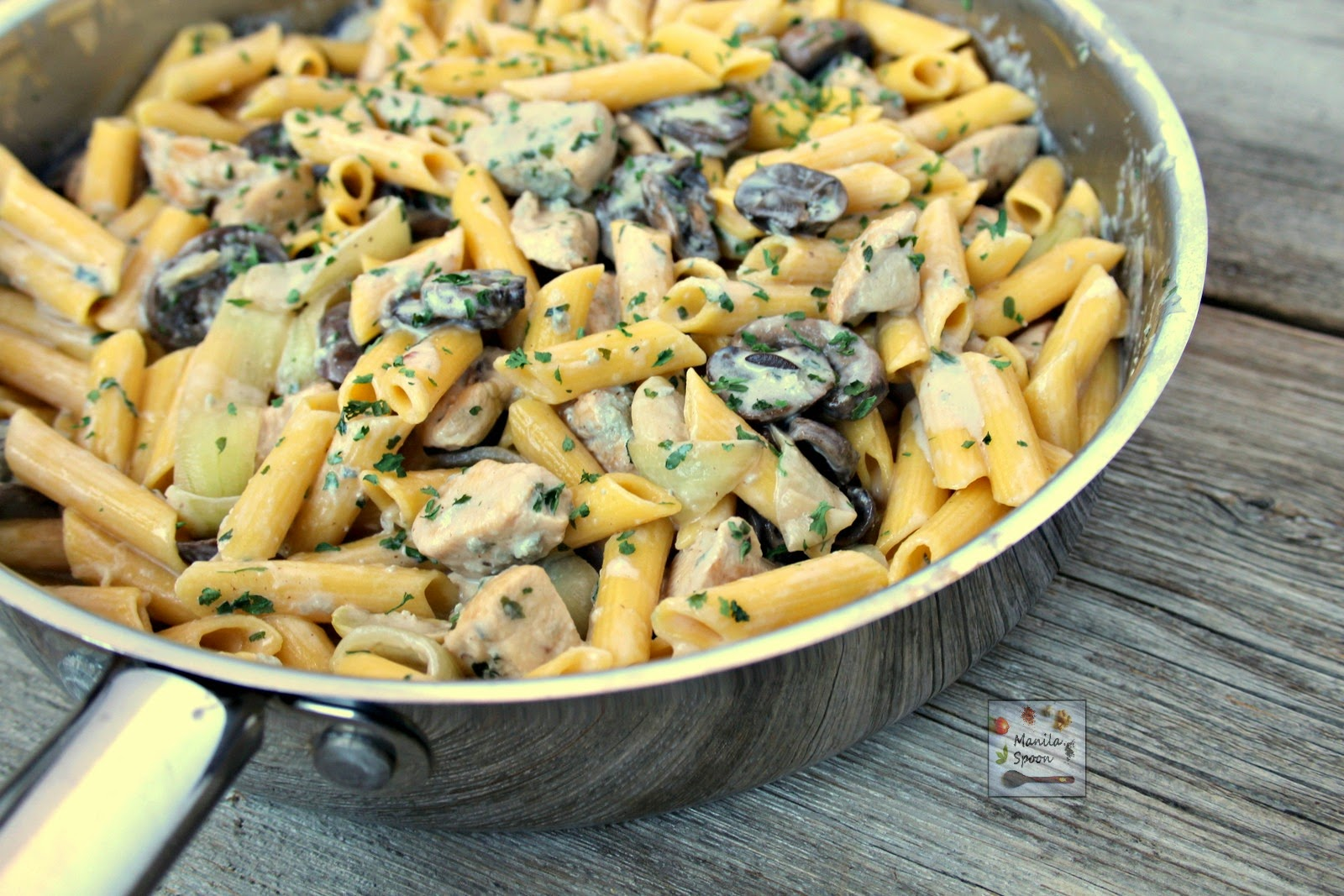 Pasta with chicken and mushrooms in a creamy and delicious blue cheese ...
