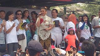 Kebaya Putih Agnes Monica Motif Batik Tradisional Kain Panjang
