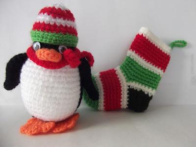 adorno calcetín de navidad crochet con pingüino