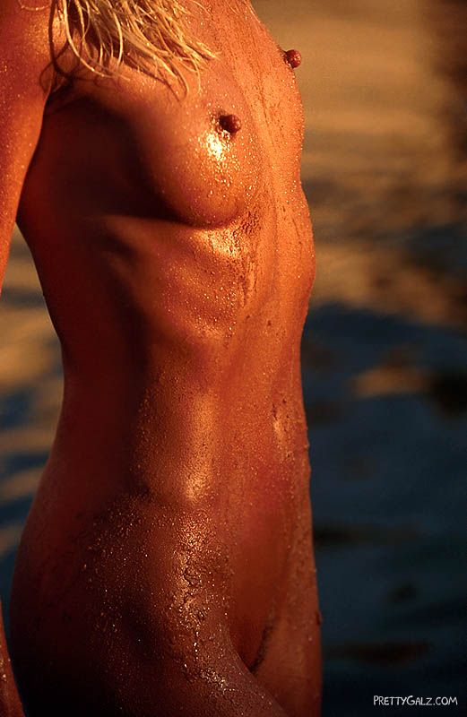 [PrettyGalz] Bombshell Darva Conger Shooting Nude On An Island