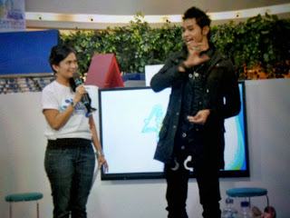 Pesulap Surabaya Surya Ayre sedang show bersama presenter Insert Ersa Mayori.