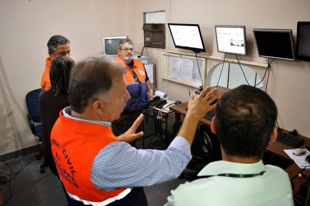 Secretário de Defesa Civil, coronel Roberto Silva, acompanha o trabalho da equipe no Centro de Monitoramento