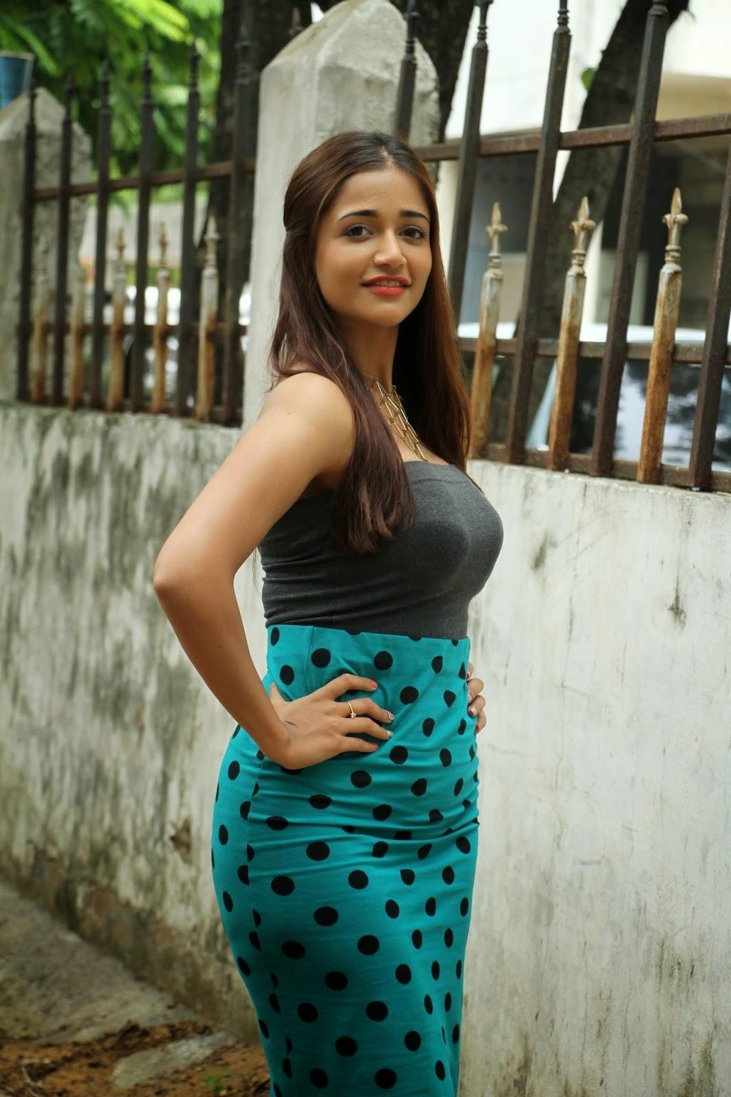 Anaika Soti Hot in Kaaviya thalaivan