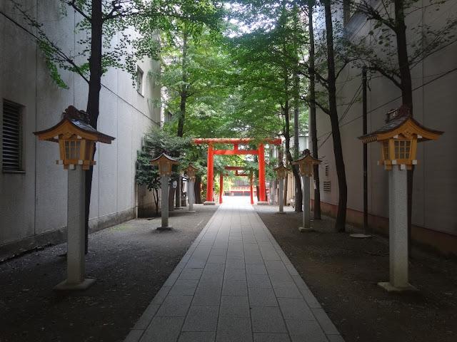 花園神社,灯篭,鳥居,石畳,新宿〈著作権フリー無料画像〉Free Stock Photos