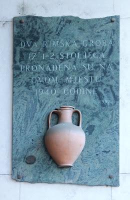 Dva rimska groba, pronađena 1940., obilježeno 1992.