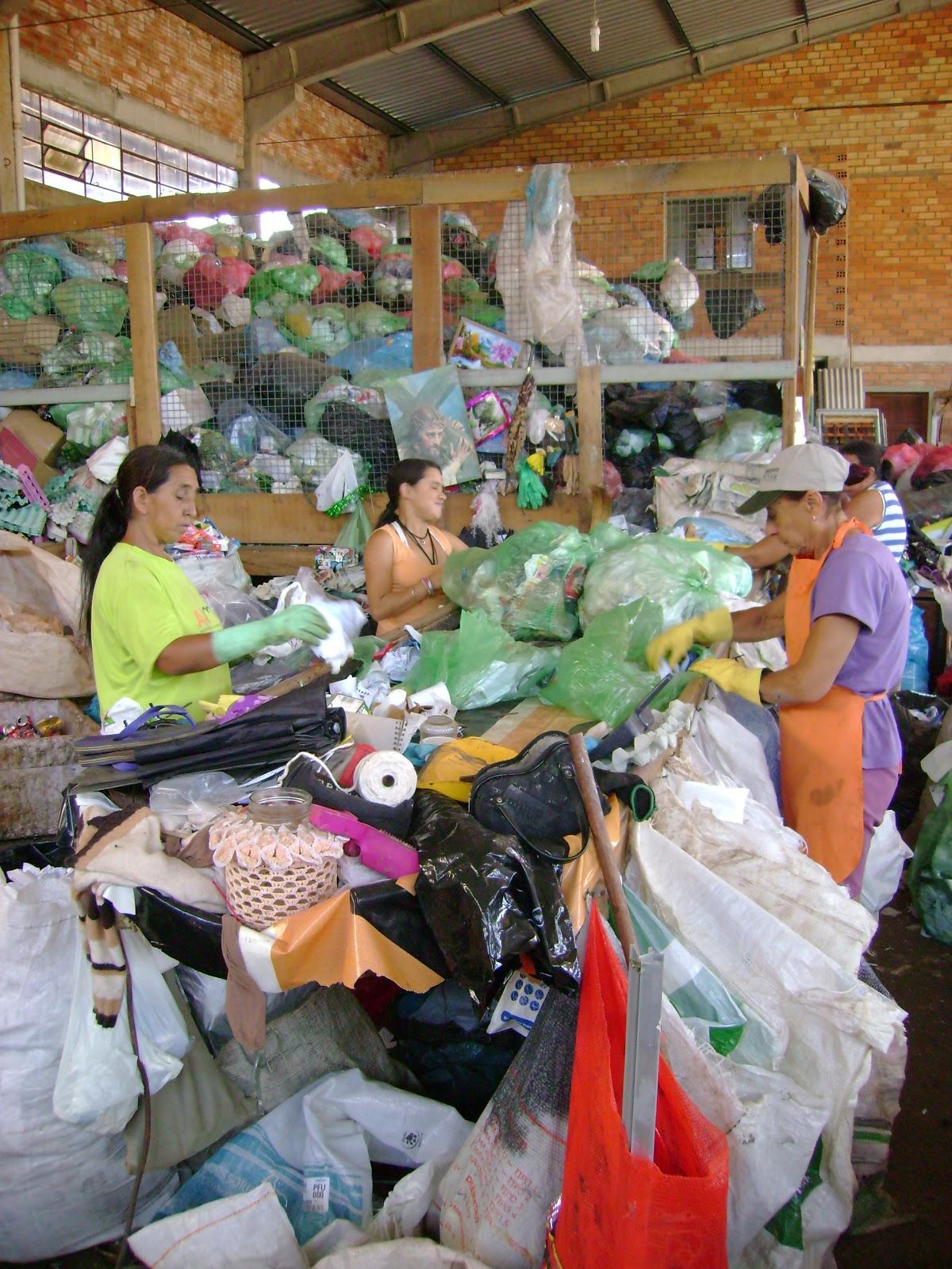 : Associação de reciclagem recolhe resíduos e óleo de cozinha #B1211A 1200 1600