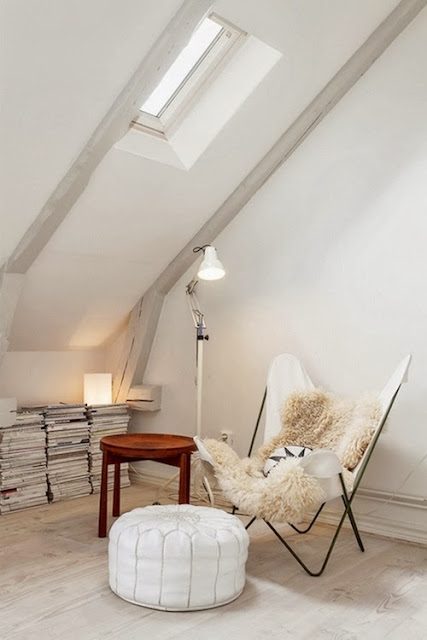 Białe krzesło Butterfly BKF, biała skórzana pufa, białe wnętrze