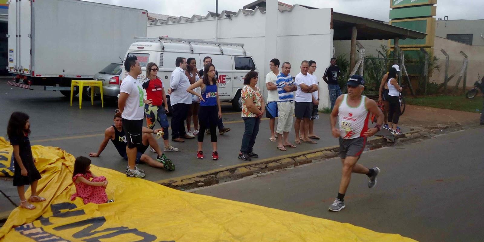 Foto 129 da 1ª Corrida Av. dos Coqueiros em Barretos-SP 14/04/2013 – Atletas cruzando a linha de chegada