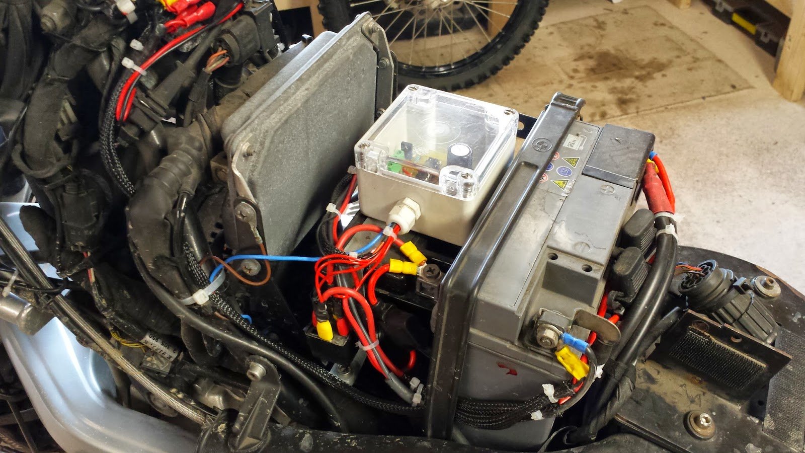 In The Name Of Adventure Bmw R1150gs Auxiliary Battery For Camping Wiring Cigarette Lighter Socket On Motorcycle There Are Two Outputs From Additional One Is A Mounted Side Fuse Cover And Other To