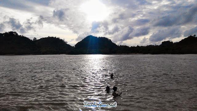 saat pasang, anak-anak nyaman dan aman berenang di pantai clungup