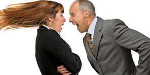 chefe gritando com mulher