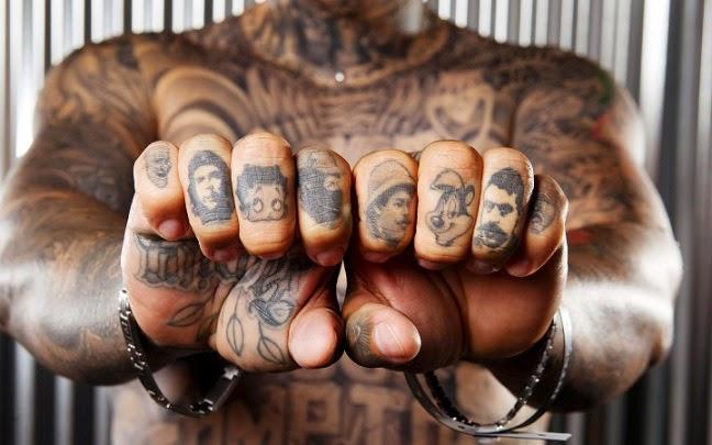 Tatuajes de personajes famosos en los nudillos de los dedos