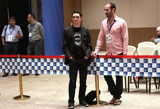 Le joueur d'échecs américain Caruana et son coach british Lawrence Trent © Site officiel