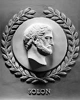 """Solón organizó la población del Atica en cuatro clases según su riqueza. La primera eran los nobles junto a los más ricos en dinero, en la segunda y la tercera se dispuso a la clase media y en la cuarta a los más pobres, llamados """"thetes"""" o jornaleros."""