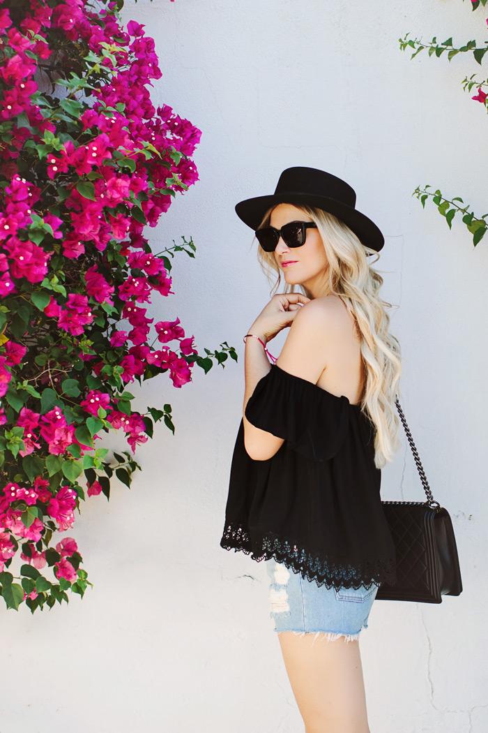 blusa ciganinha com short jeans, bolsa tiracolo, moda feminina, roupas da moda, moda ver~~ao, blog de moda