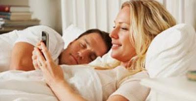 Wahhh   Bahaya,,,Tidur Bareng Ponsel Risikonya Bisa Kanker Otak