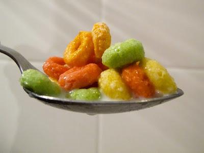 Bijirin sarapan berwarna-warni yang mungkin ada pewarna dan pemanis tiruan