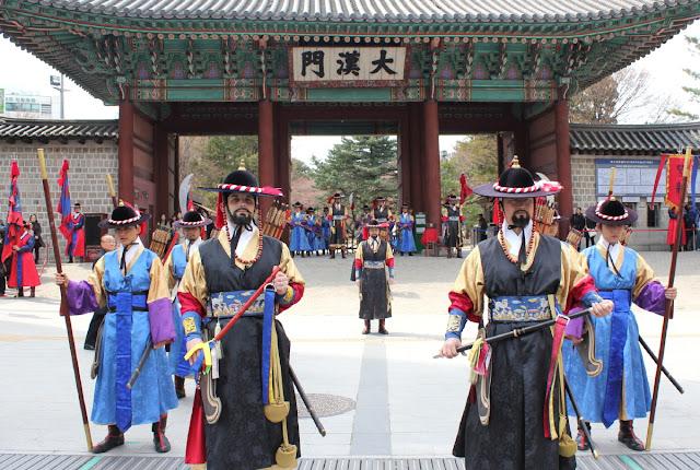 Guardias de Deoksugung posando para fotos