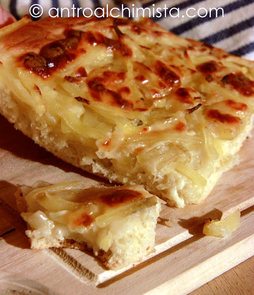 Focaccia con Patate, Cipolle e Scamorza